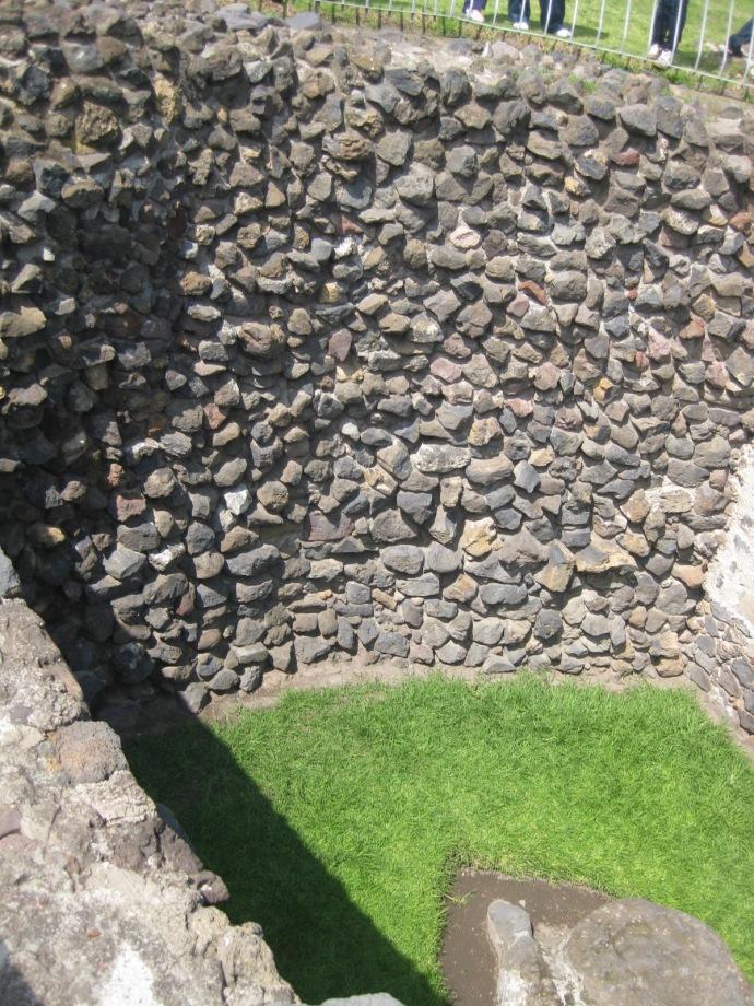 Muro falso que oculta vestigios arqueológicos en los pochotes