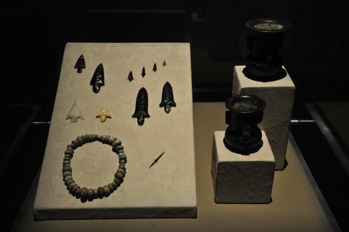 Vasijas tipo Tláloc, puntas  y cuchillos de obsidiana de pirámide de la Luna. Héctor Montaño