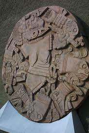 Coyolxauhqui,  diosa mexica lunar. Su hermano Huitzilopochtli la descuartizó pues ella planeaba matar a su madre.