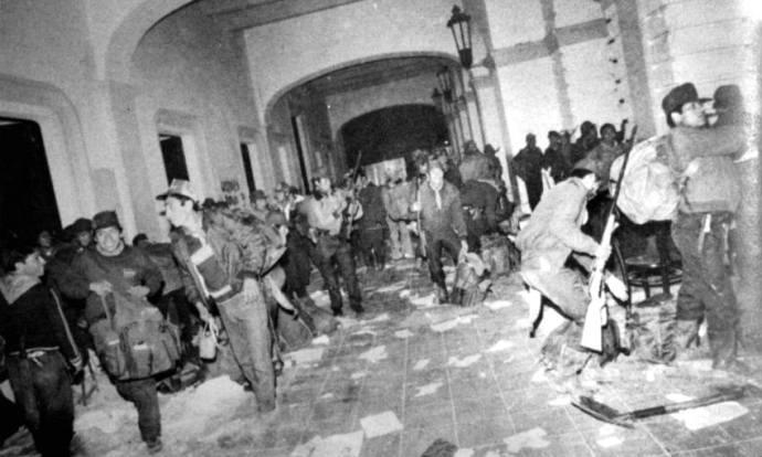"""""""El ejercito zapatista en el palacio de gobierno de San Cristóbal"""". Autor: Carlos Cisneros. 1994."""