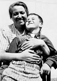 Gabriela Mistral y su hijo Yin Yin