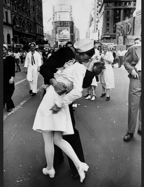 fotografía del beso de final de la segunda guerra mundial